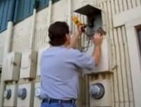 Специалисты электролаборатории проводят электроизмерения
