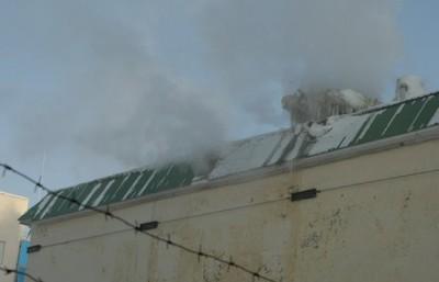 Огонь перешел на крышу здания