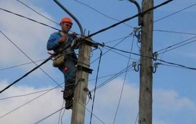 На опоре линий электропередач