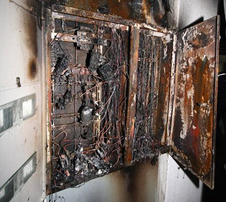 На 4 и 5 этажах загорелись электрощитки, подъезд быстро заполнился дымом.