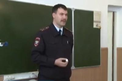 Сотрудник транспортной полиции ведет урок
