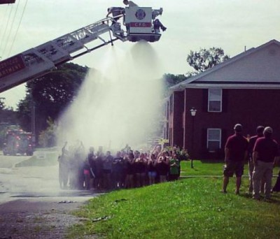 Обливание с пожарной лестницы
