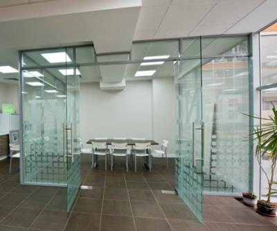 Разделители пространства из стекла
