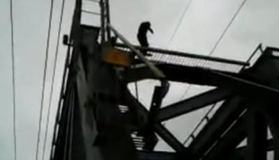 Подросток на мосту