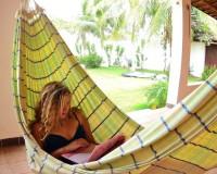 чтение книжки в гамаке