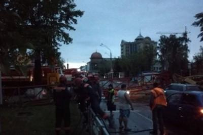В Барнауле упал кран